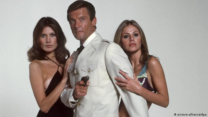 Roger Moore, Maud Adams and Britt Eklund in The Man with the Golden Gun (Photo: picture-alliance/dpa)