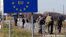 11.11.2015 +++ Slovenian soldiers set up wire barriers in the village Gibina, Slovenia, November 11, 2015. Trucks carrying wire fencing arrived in the Slovenian village of Gibina close to the border with Croatia early on Wednesday, a day after the government said it would start erecting barriers to control the flow of migrants. REUTERS/Srdjan Zivulovic +++(C) Reuters/S. Zivulovic