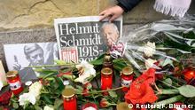 Deutschland Kerzen und Blumen für Helmut Schmidt in Hamburg