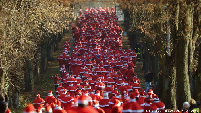 Hunderte Läufer in Weihnachtsmannkostümen in einer Allee in Brandenburg