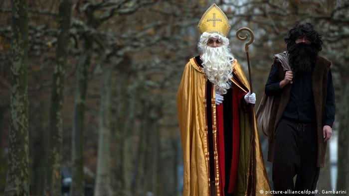 Nikolaus und Knecht Ruprecht unterwegs in Düsseldorf am Rheinufer