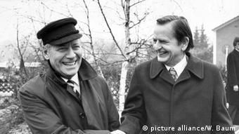 Ο Όλαφ Πάλμε με τον πρώην γερμανό καγκελάριο Χέλμουτ Σμιτ, το Δεκέμβριο του 1982