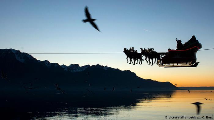 Über dem Genfer See schwebt am Seil eine von Rentieren gezogene Kutsche mit dem Nikolaus