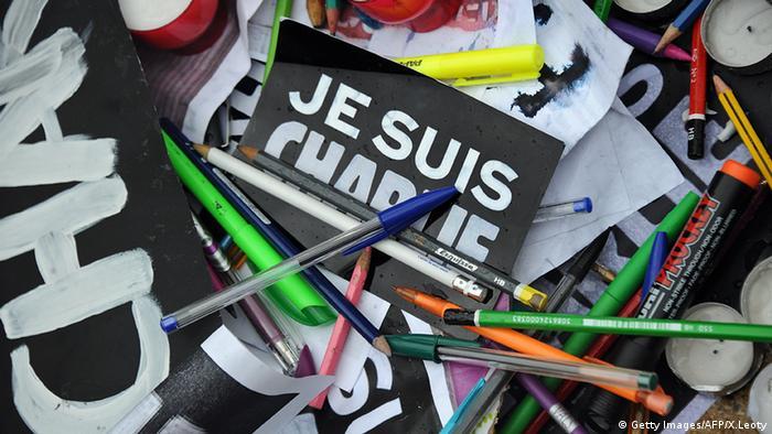 Je suis Charlie Stifte Banner Kerzen Papier La Rochelle Frankreich