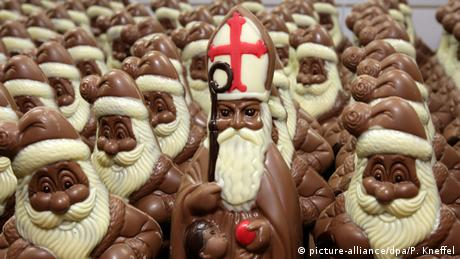 Χωρίς αυτούς δεν υπάρχουν Χριστούγεννα. Εδώ και 200 χρόνια οι Γερμανοί συνηθίζουν να τρώνε σοκολατένιους Άγιους Βασίληδες. Κάθε χρόνο παράγονται γύρω στα 140 εκατομμύρια κομμάτια, το ένα τρίτο από τα οποία εξάγονται σε άλλες χώρες. Ωστόσο οι σοκολατένιες λειχουδιές βρίσκονται στην κορυφή των βλαβερών τροφών με 536 θερμίδες ανά 100 γραμμάρια.