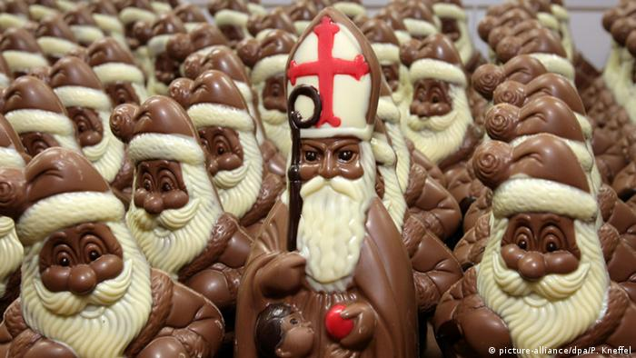 A chocolate St. Nicholas with a Bishop's hat with chocolate Santas (Foto: dpa)
