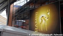 Ein Plakat mit der Bambi-Trophäe, dem goldenen Rehkitz, hängt am 11.11.2015 in Berlin für die Verleihung Bambi 2015 am Stage Theater. Der Preis wird am 12.11.2015 in 15 Kategorien verliehen. Foto: picture-alliance/dpa/B. Pedersen