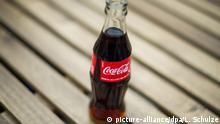 22.04.2015 *** Eine Coca Cola-Flasche steht am 22.04.2015 in Berlin auf einem Tisch. Foto: Lukas Schulze/dpa Copyright: picture-alliance/dpa/L. Schulze