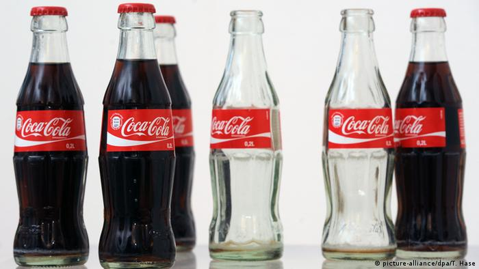 Coca Cola Flaschen (picture-alliance/dpa/T. Hase)