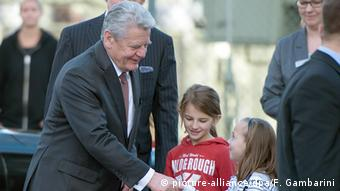 Deutschland Joachim Gauck besucht Flüchtlingsunterkunft
