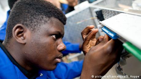 Deutschland Symbolbild Flüchtlinge Wirtschaft Fabrik Ausbildung