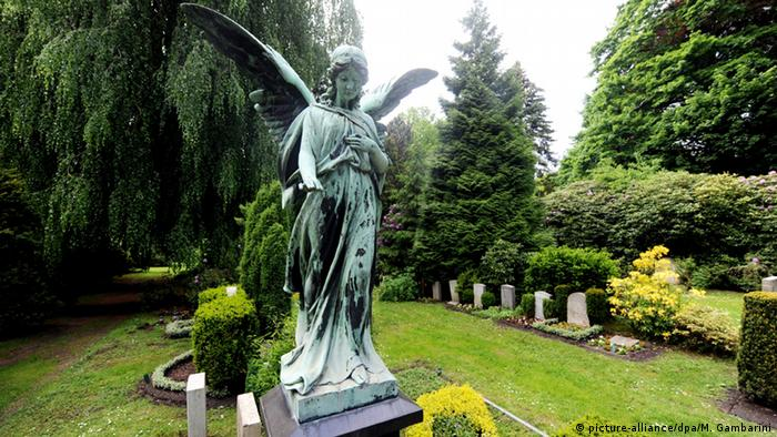 Deutschland Friedhof Ohlsdorf in Hamburg (picture-alliance/dpa/M. Gambarini)