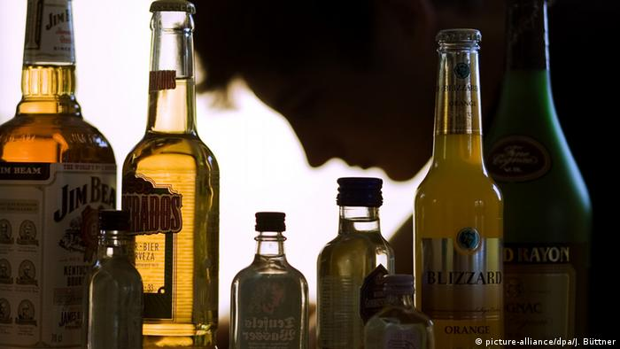 Bottles of high percentage alcoholic drinks (picture-alliance/dpa/J. Büttner)