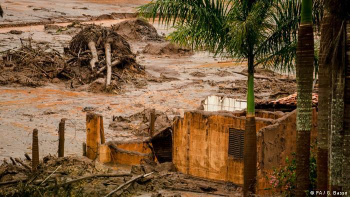 Imagem mostra área atingida pelo desastre em Mariana, em novembro de 2015