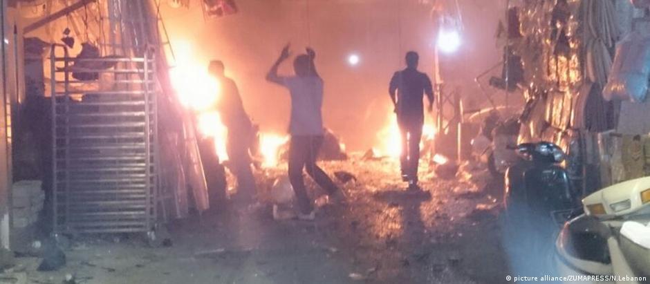 Bombeiros combatem chamas de ataques de 12 de novembro na capital libanesa
