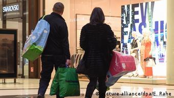 Супружеская пара с покупками перед магазином в Берлине