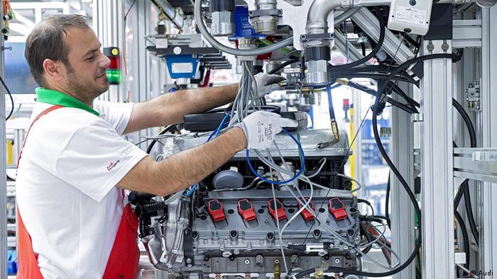 Ungarn Arbeiter in der Audi-Motorenfabrik in Gyor