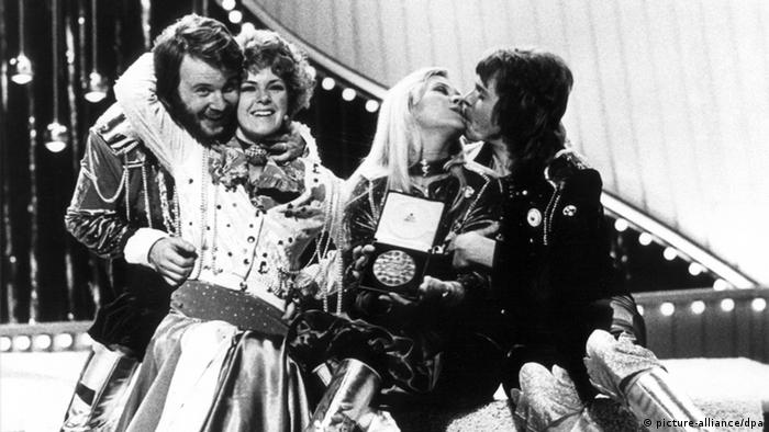 Members of the band ABBA embrace each other after winning Eurovision in 1974 (picture-alliance/dpa)