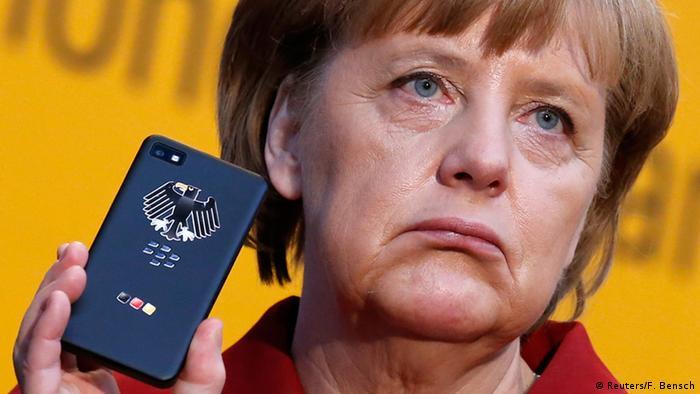 Angela Merkel mit einem abhörsicheren Smartphone (05.03.2013) - Foto: Fabrizio Bensch (Reuters)