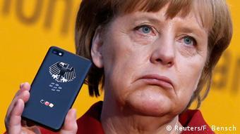 Angela Merkel mit BlackBerry Z10 Smartphone (Reuters/F. Bensch)