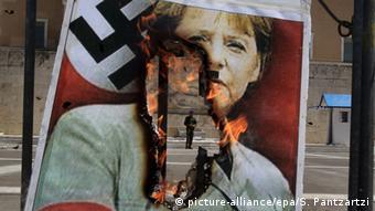 Плакат с изображением Ангелы Меркель и свастики в Афинах во время финансового кризиса в Греции