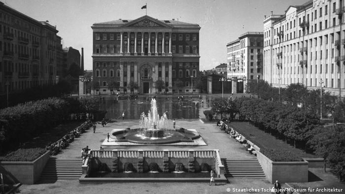 Вид на Советскую площадь и здание Моссовета из Института Ленина, 1940-е годы