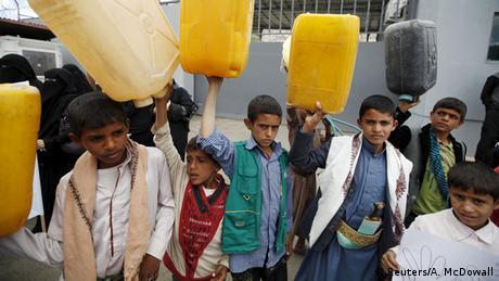 Jemen Kinder tragen Wasser