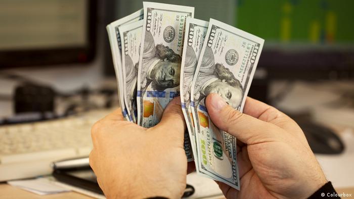 Руки, пересчитывающие доллары
