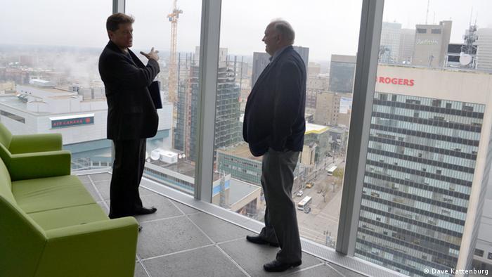 Bruce Owen und Tom Akerstream in the Manitoba Hydro building (Photo: Dave Kattenburg)