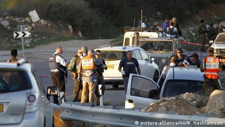 Un palestino murió por disparos israelíes tras atacar, primero con un vehículo y luego con unas tijeras, a un policía israelí en un puesto de control cerca de la localidad Cisjordana de Abu Dis, al este de Jerusalén. (22.04.2020).