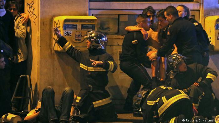 Bombeiros ajuda pessoas em cena noturna