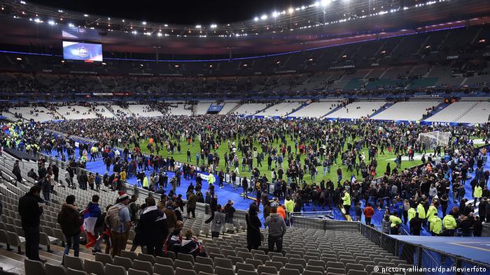 Frankreich Terror in Paris Stade de France, Zuschauer auf dem Rasen (Foto: picture-alliance/dpa/Revierfoto)