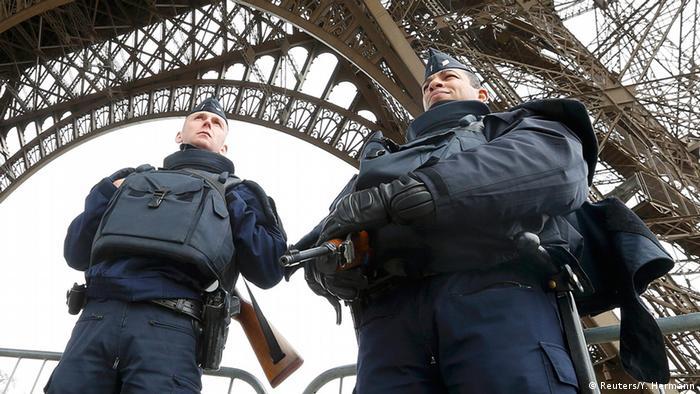 Frankreich Polizei vor dem Eiffelturm