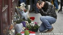 14.11.2015 A man pays his respect outside the Le Carillon restaurant the morning after a series of deadly attacks in Paris , November 14, 2015. Copyright: Reuters/Ch. Hartman
