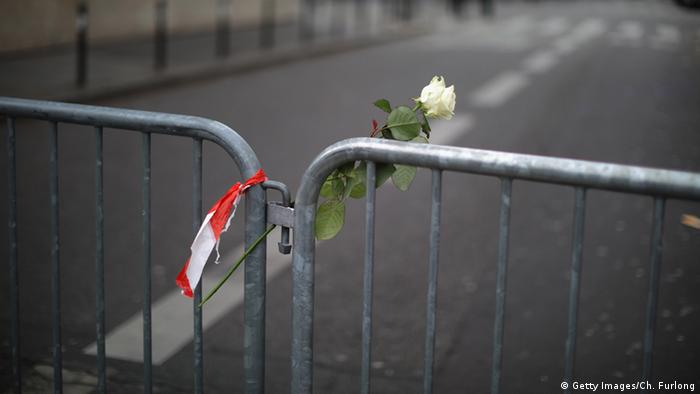 Police barrier in Paris and a white rose, Copyright: Getty Images/Ch. Furlong
