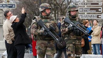 Военнослужащие с оружием в руках недалеко от Собора Парижской Богоматери
