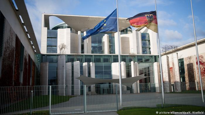 Bundeskanzleramt Flaggen auf Halbmast (picture-alliance/dpa/K. Nietfeld)