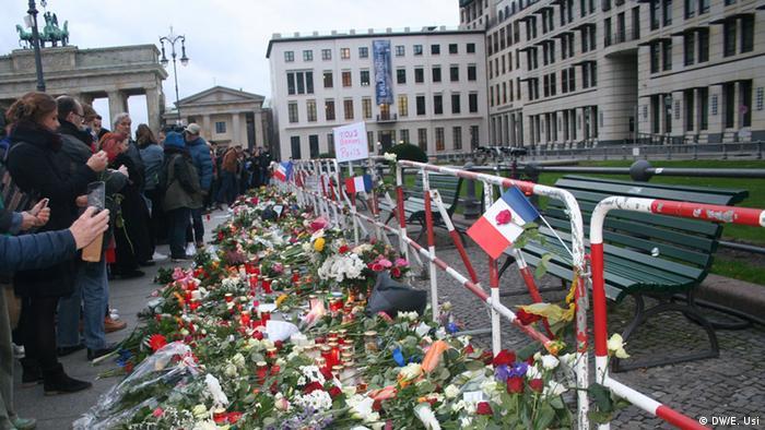 Deutschland Berlin Beileidsbekundung vor französischer Botschaft