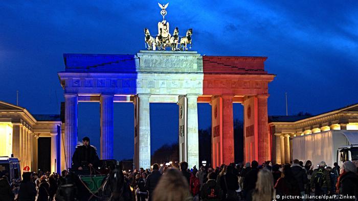 La Puerta de Brandenburgo se tiñe con los colores de la bandera de Francia.