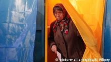 15.11.2015 epa05026162 An elderly woman leaves a voting booth at a polling station during the second round of mayoral election in Kiev, Ukraine, 15 November 2015. Ukraine has the second round of mayoral elections on 15 November 2015. In Kiev current Kiev's Mayor Vitali Klitschko seeks reelection. EPA/ROMAN PILIPEY +++(c) dpa - Bildfunk+++ Copyright: picture-alliance/dpa/R. Pilipey