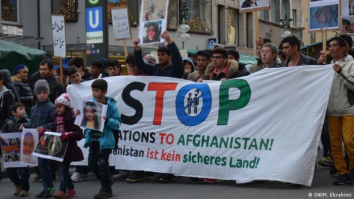 Deutschland München Proteste gegen Abschiebung von afghanischen Flüchtlingen (DW/M. Ebrahimi)