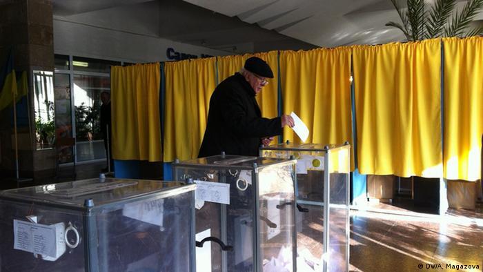 Голосування на одній із дільниць в Дніпропетровську