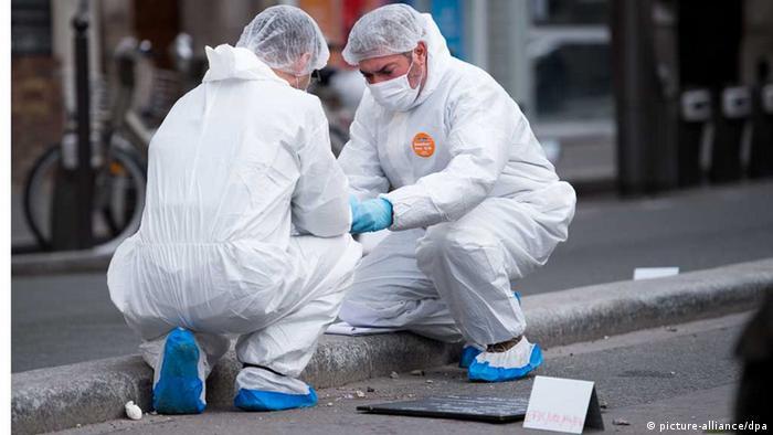 Französische Ermittler an einem der Anschlagsorte in Paris