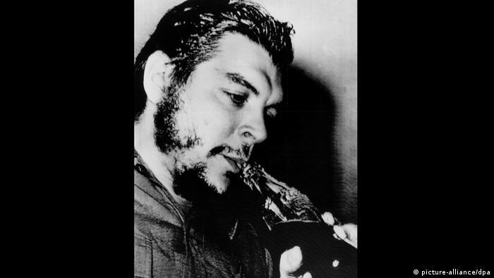 Ernesto Guevara trinkt mit einem Strohhalm aus einer Coca-Cola-Flasche (Foto: Picture Alliance)