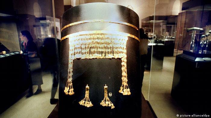 За Хайнрих Шлиман тази находка е сбъдната мечта: на 31 май 1873 година той се натъква на голямо количество златни предмети, скрити под глинени съдове. Германският археолог е убеден, че е открил двореца на цар Приам. Част от съкровището са и тези златни накити, за които по-късно се установява, че са много по-стари от Троя.