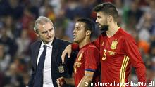 epa05023620 Spain's Thiago Alcantara (C) leaves the pitch injured next to teammate Gerard Pique (R) during the international friendly soccer match between Spain and England at Rico Perez stadium in Alicante, Spain, 13 November 2015. EPA/MORELL +++(c) dpa - Bildfunk+++