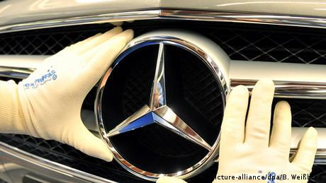 Deutschland Daimler Arbeiter in Sindelfingen