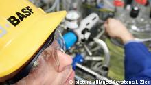 5582252 (2259) BASF Schwarzheide GmbH in Schwarzheide am 20.11.2006: Kunststoffproduktion, Anlagenfahrer beim Aufbau einer Glasapparatur im Entwicklungstechnikum; Copyright: picture alliance/Keystone/J. Zick