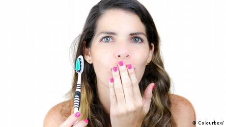 يعمل الفلوريد على تقوية طبقة المينا في الأسنان ويحل محل المعادن التي يتم فقدانها عند بداية حدوث التسوس.