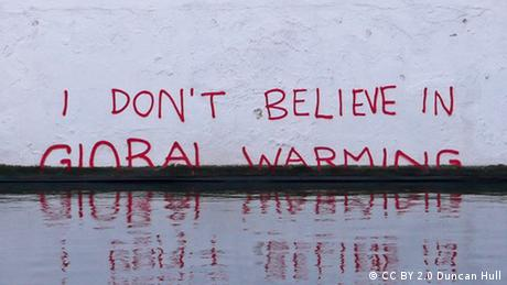 I don't believe in Global Warming Schriftzug Wand Mauer Symbolbild Anstieg Meeresspiegel